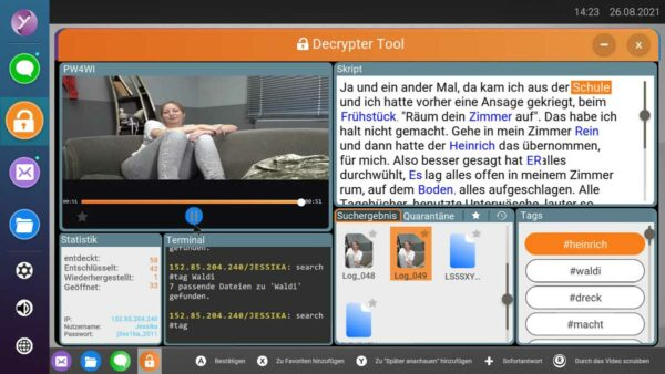 Gezeigt wird das Descypter-Tool, über das man im PC von Jessika stöbern kann. Im linken oberen Bereich ist Jessika zu sehen, wie sie auf einer Couch sitzt. Rechts wird das Transkript eines langen Videos angezeigt.